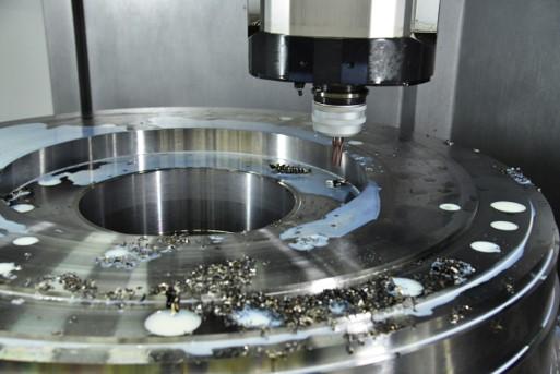 工作機械のIoT化でオイルミストや切削くずが舞う過酷な環境下で使用できる高耐久性LANケーブル用コネクタを採用した事例