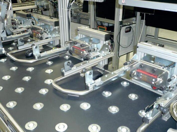 車載ラジオの検査ラインでは、電気・同軸・光ファイバーのコネクタをマルチ化&自動化で生産性が向上した事例